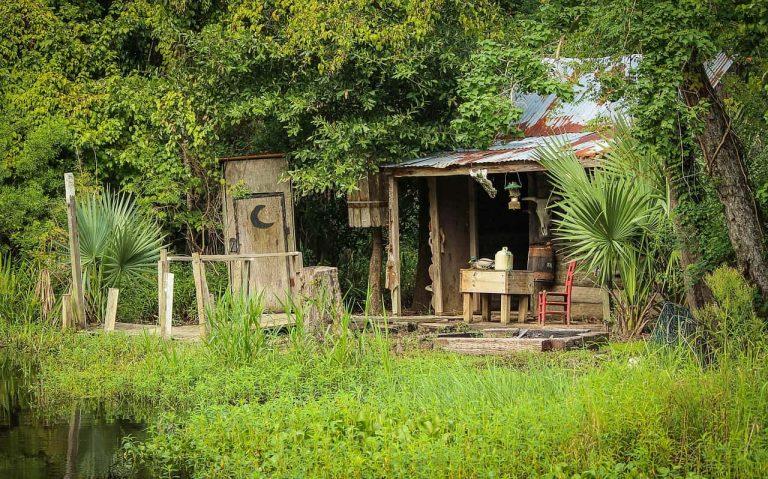 Holzhütte im Sumpf