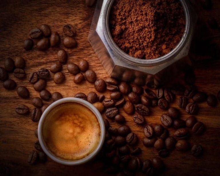 Espresso und gemahlener Kaffee