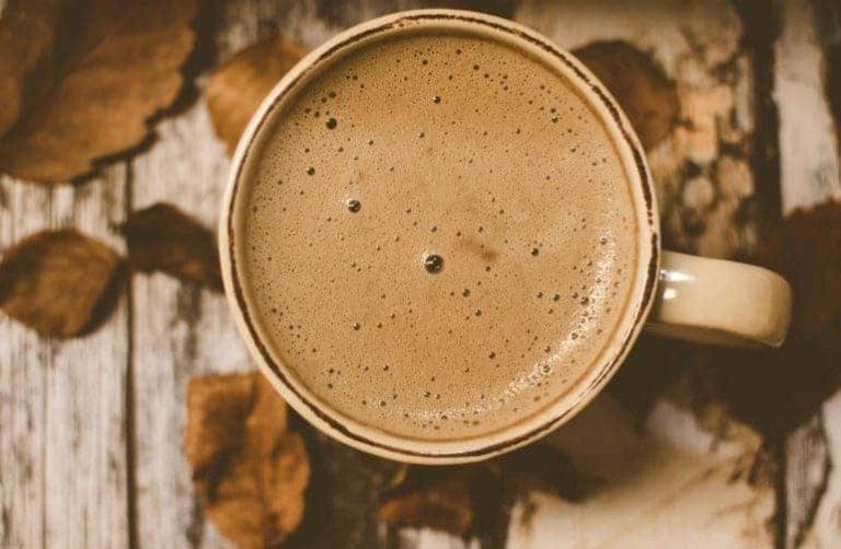 Heller Kaffee in Porzellantasse